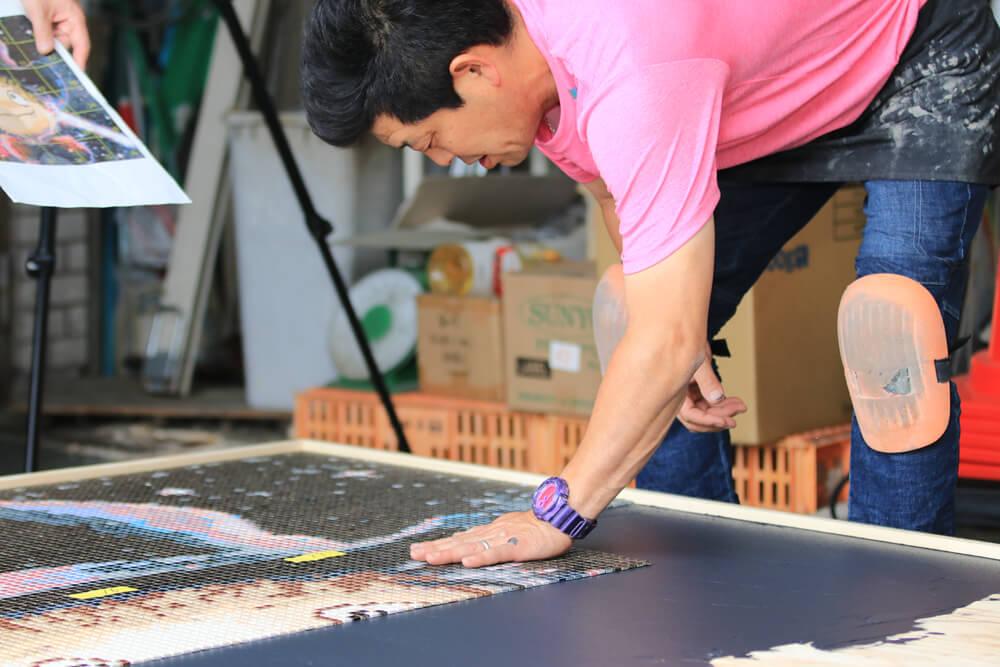 えんとつ町のプペルの名場面をモザイクタイルアートに タイル貼り付け